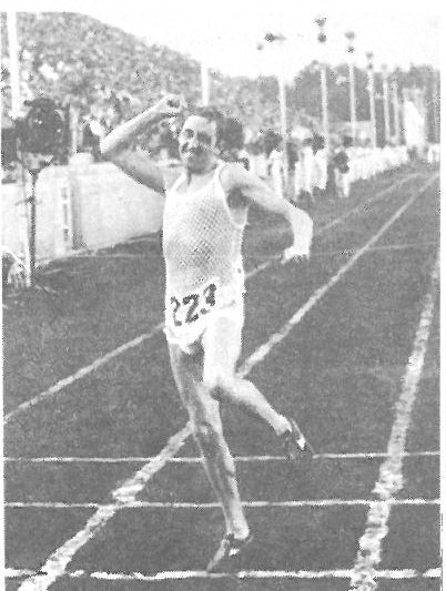 Winning the 1969 European Marathon title in the signature string vest and split shorts.