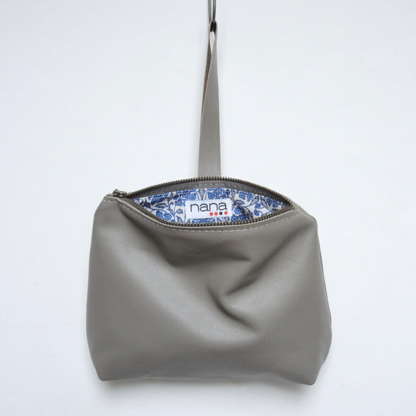 leather dumpling wristlet: seal grey