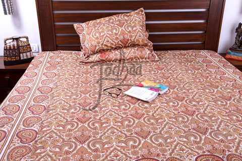 Jodhaa Double bedcover set in Cotton with Ivory and Orange paisley print  11BSTA003