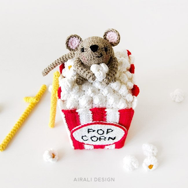 Lisa the crochet mouse - A free crochet pattern. Yarnhild.com | 650x650