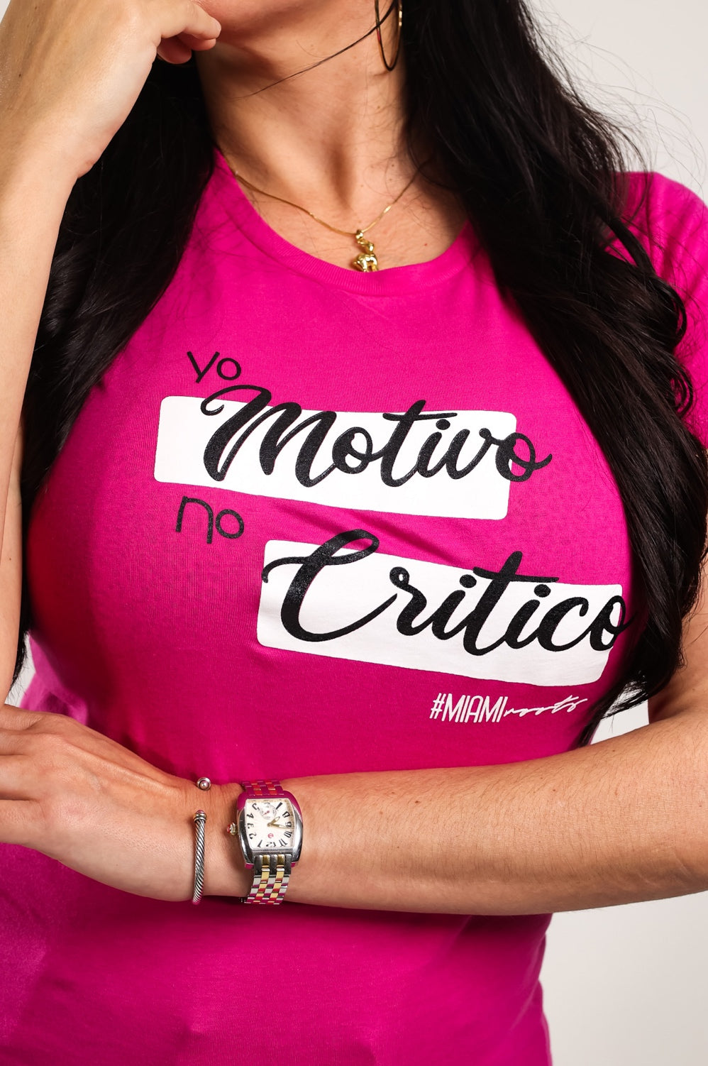 YO MOTIVO NO CRITICO Women's Slim Fit Tee