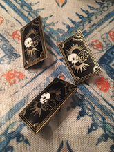 Load image into Gallery viewer, Tarot Skull Pin