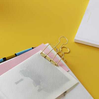 With their modern silhouette and elegant gold finish, Outline adds a contemporary flavour to any office or home. Made in steel, each container includes 5 medium paper clips and 5 larger ones.