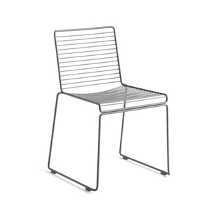 Hee Dining chair is a metal wire in galvanized solid steel which makes it rust-resistant and perfect for outdoor use. The chairs can be linked together in rows for conference use, and the new colour scheme keeps the Hee chairs updated.