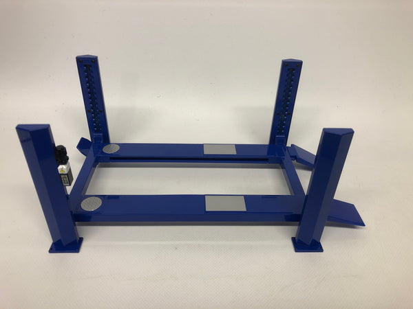 1/18 Four Post Ramp Adjustable Lift . Blue .  Greenlight . New And Boxed .