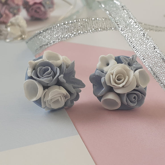 Flower bouquet studs - blue and white