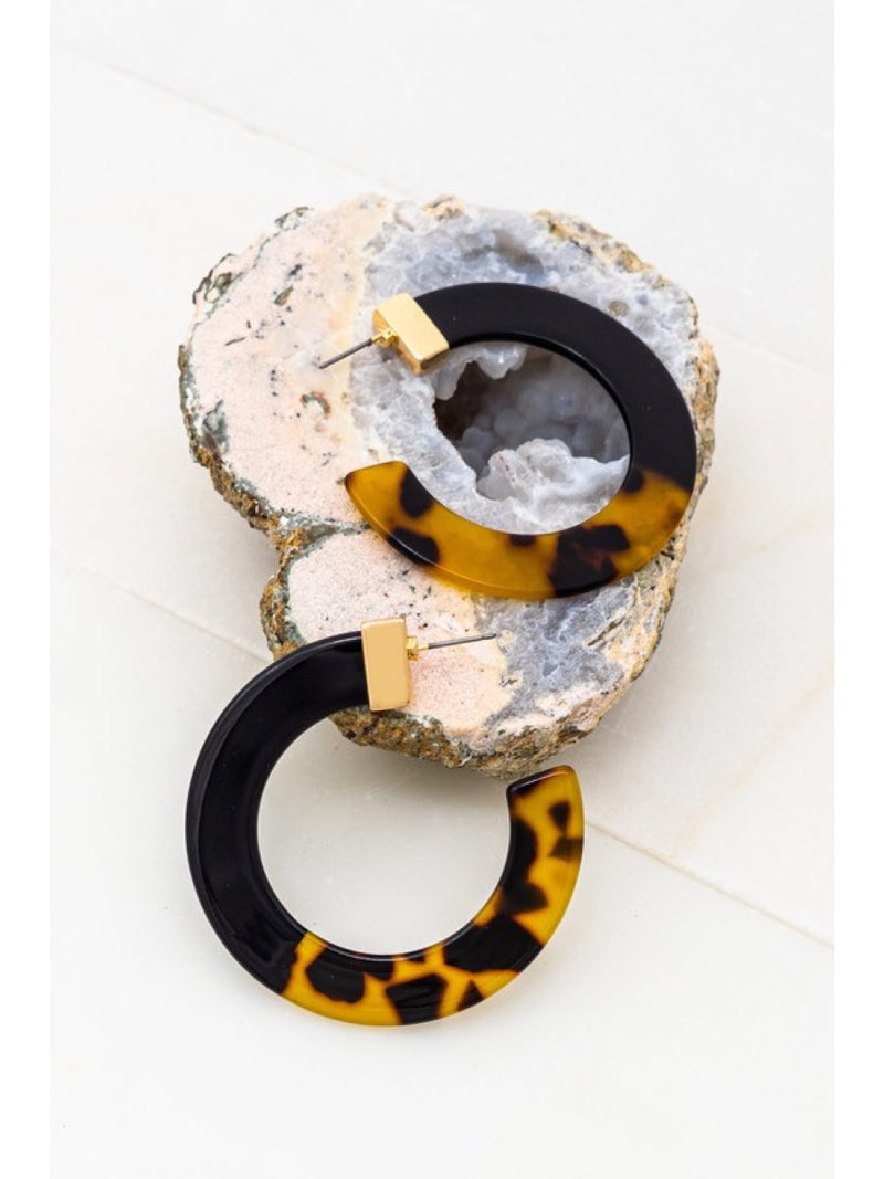 WIDE FLAT RESIN HOOP EARRINGS WITH HALF BLACK AND HALF TORTOISE