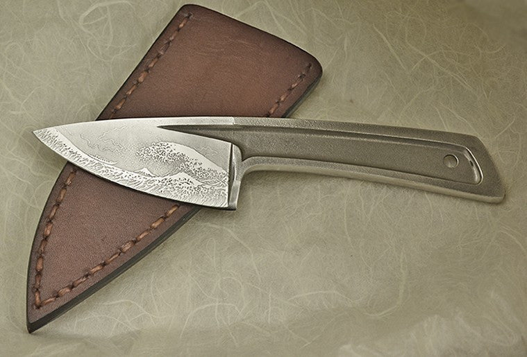 Boye Basic 2 with 'Tsunami' Etching & Leather Blade Cover.