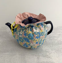 Load image into Gallery viewer, Classic Floral Tea Cozy