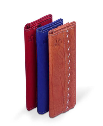 Leatherwallet for ladies with button closure and 3 panels.