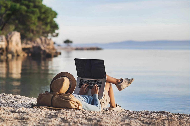 remote-working-beach-laptop