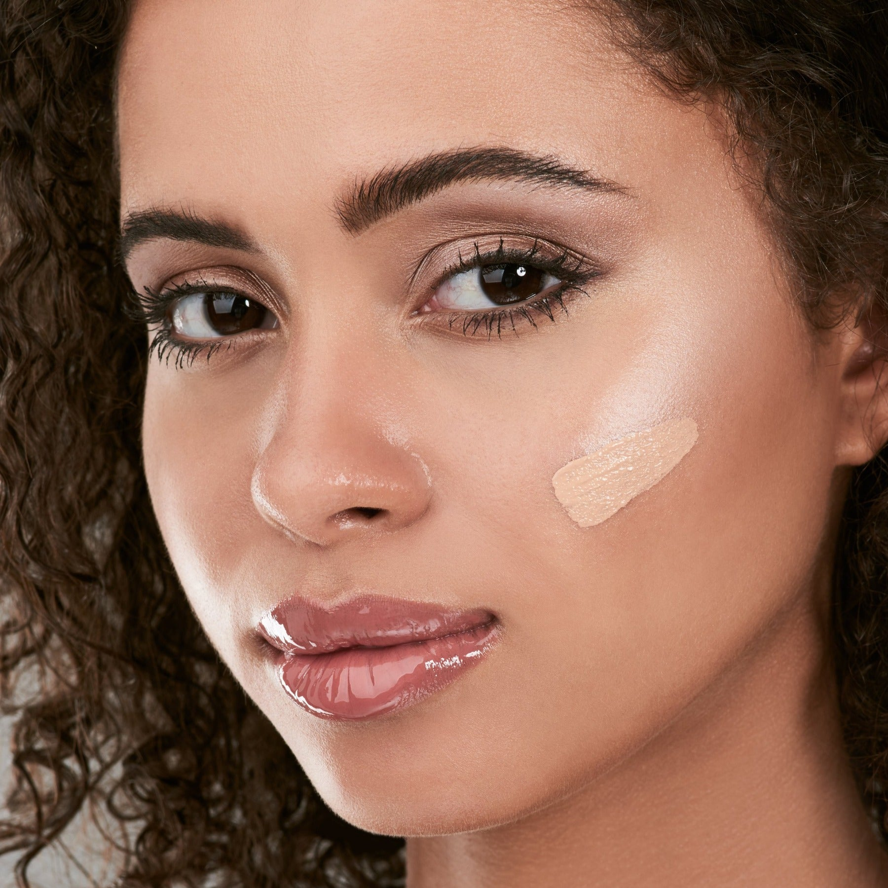 Adaptive concealer without titanium dioxide
