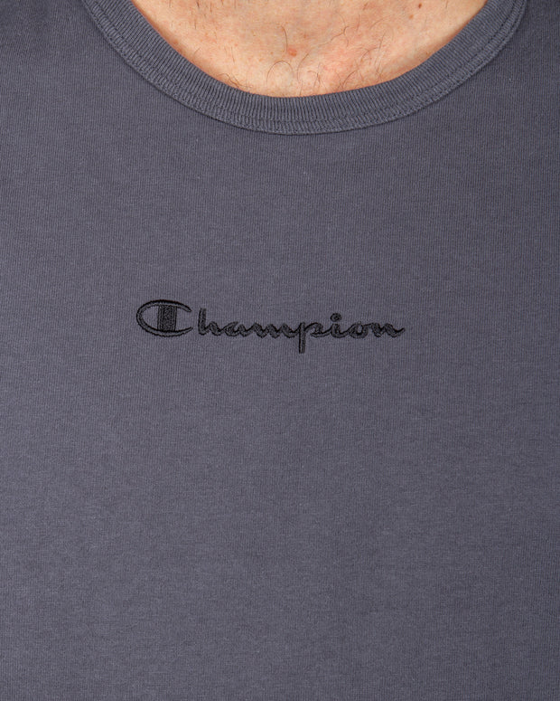 Some two-tone gradient with the Champion Ombre Tee in Grey. This classic Champion Heritage T-Shirt is crafted from heavy jersey pure cotton and features a simply styled, garment dip-dyed ombre colour effect. This short-sleeve tee comes in a relaxed fit and is stamped with an embroidered Champion logo at the centre chest paired with the iconic 'C' logo on the left sleeve.