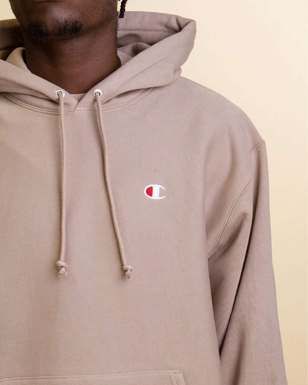 A cosy heavyweight fleece which features all the essentials for a perfect hoodie. This is a new staple in the wardrobe and is completed with ribbed trims and the champion c logo embroidery.