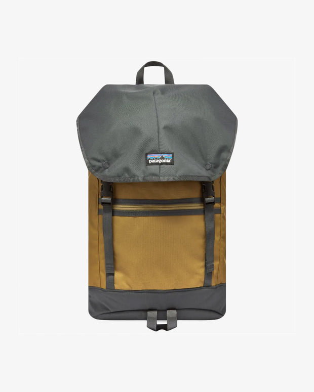 the Patagonia Arbor Classic Pack in Coriander Brown boasts a spacious 25L pack which features functional compartments, constructed from recycled and waterproof polyester.