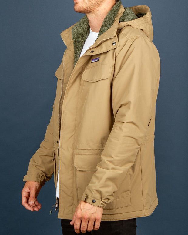 Gear yourself up for winter with the Patagonia Isthmus Parka, seen here in a tonal Mojave Khaki colourway. This jacket is warm, comfortable, durable and stylish. Constructed from recycled polyester and features a soft synthetic fleece lining for added warmth.