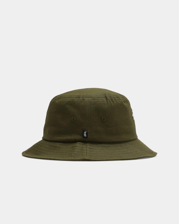 A perfect headwear option for your streetwear looks. The Stussy Stock bucket hat in olive brings back a retro aesthetic, styled in a light olive colourway. Constructed from comfortable cotton, this bucket hat features the iconic Stussy signature embroidered in white at the centre front.
