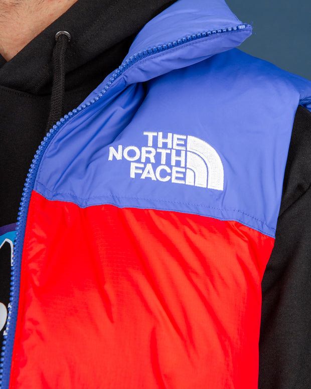 Named after the famous mountain, the 1996 Retro Nuptse Vest from The North Face is a versatile and snug style that is built to keep you protected from the elements on any occasion. Constructed from a nylon ripstop fabric and filled with premium down, this vest comes in a classic Horizon Red and TNF Blue colourway, secured with front zip and collar to keep you warm. Signed off with a TNF Dome logo embroidered on the front in the back for classic detailing