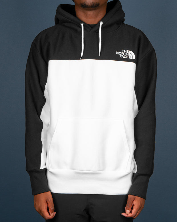 A fresh hoodie in The North Face range is the Heavyweight Reverse Weave Pullover Hoodie in TNF Black and TNF White. The perfect pullover hoodie for the winter features a colour blocked, two-tone hoodie with a drawstring hood, set-in sleeves and ribbed trims. Finished with The North Face logo embroidery on the chest.