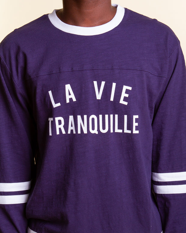 Inspired by sportswear, this long sleeve from The Quiet Life is decorated with a script graphic across the front as well as white stripes on the sleeves and bottom hem. The La Vie Tranquille Slub Jersey comes in a simple navy colourway and is completed in a relaxed fit with a ribbed collar and open cuffs.