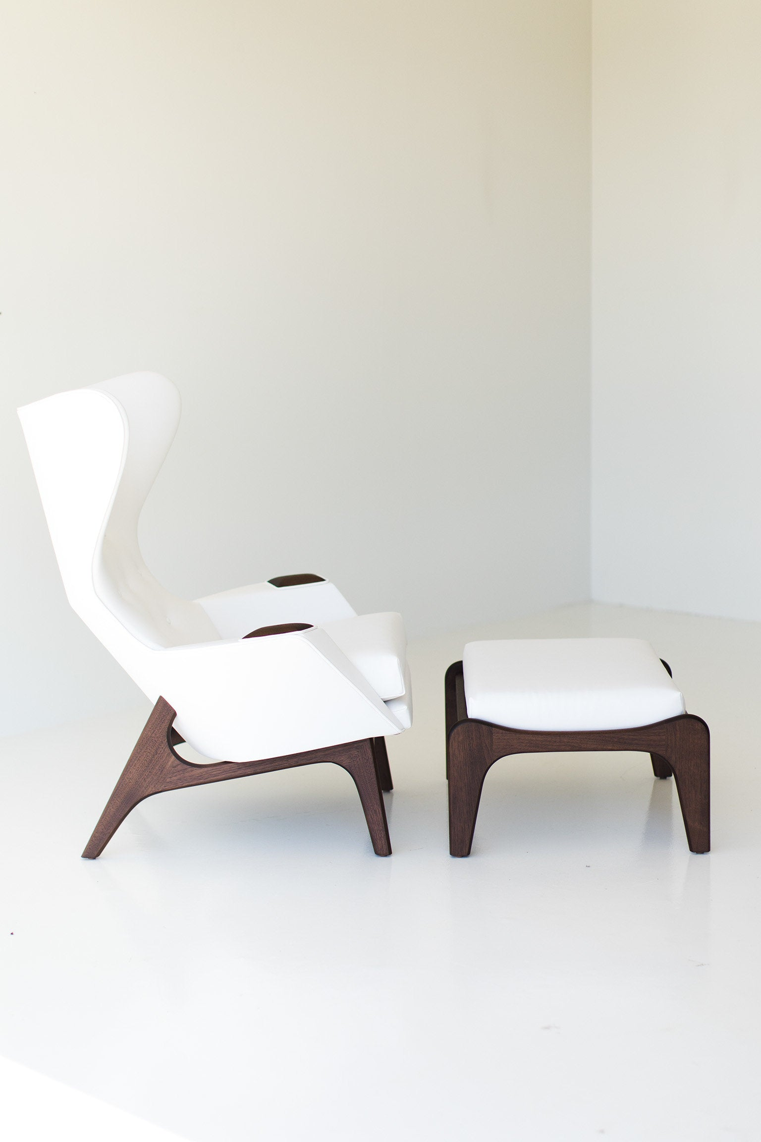 I07A8870-white-chair-and-ottoman-01