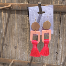 Load image into Gallery viewer, earring, gold disc tassel  Pink