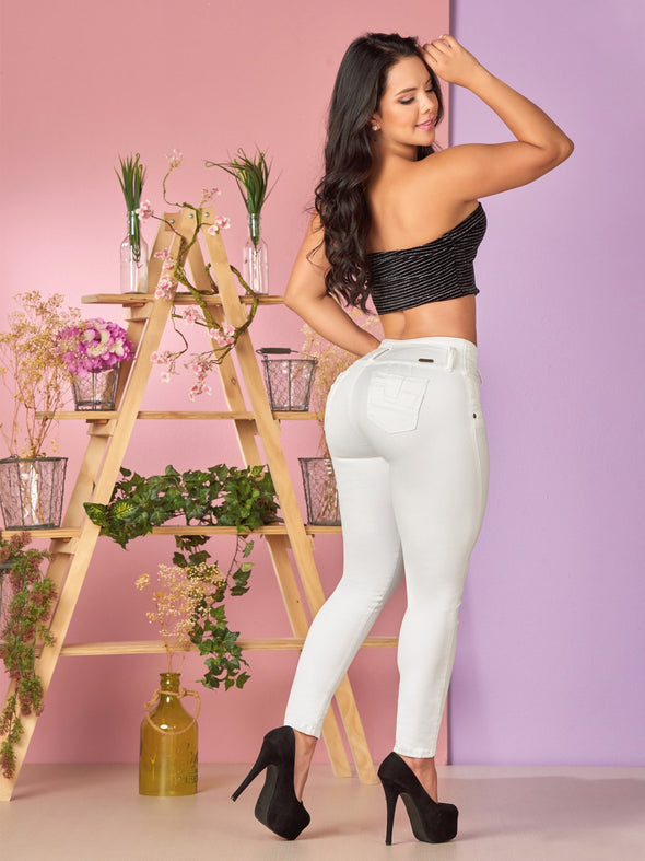 white and black outfit skinny butt lift jeans with black heels