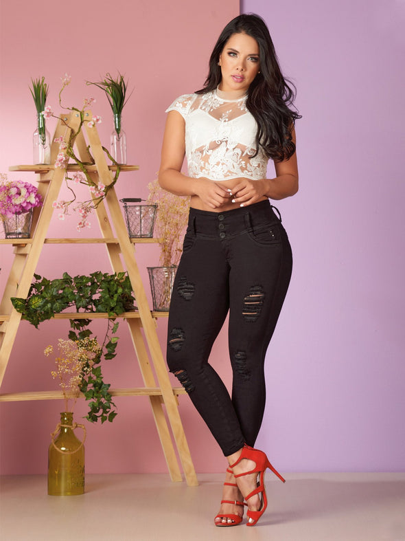 black skinny jeans colombian with distressing and red high heels and lace top