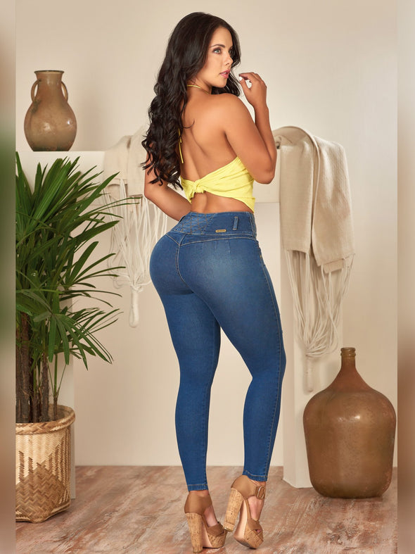 back view  holiday outfit yellow crop top with colombian butt lift skinny jeans and high heels