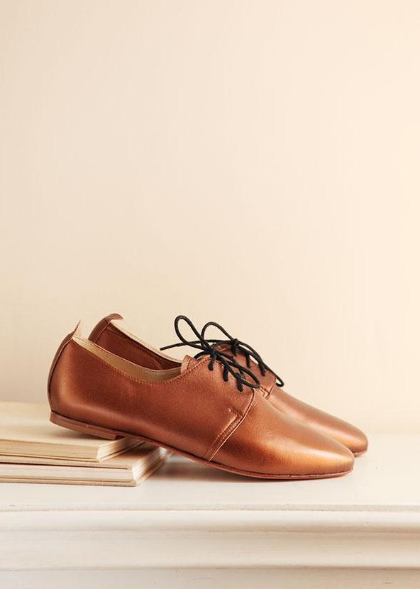 Leather brogue shoes in bronze in sideview