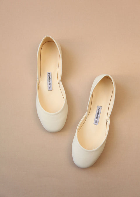 minimalist smooth leather ballet flats in light ivory colour seen from top