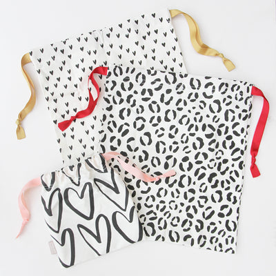 drawstring-travel-bags-set-leopard-hearts-trv105-Travel Accessories-1