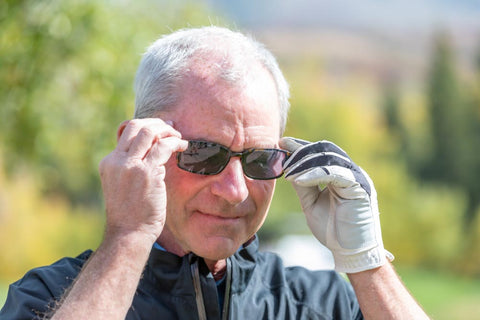 man golfing with glasses on using eykuver