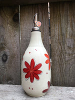 Bouteille d'huile ou de vinaigre avec motifs de fleurs rouges.The Oil or vinegar Bottle with hand painted red flower patterns.