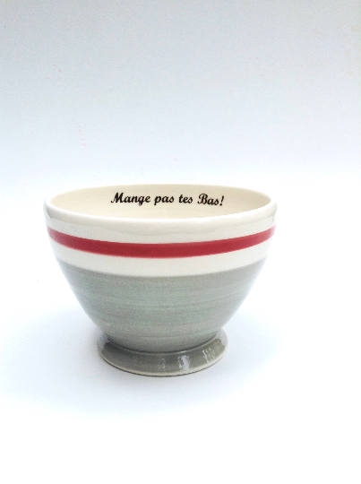Bol café au lait avec inscription «mange pas tes bas» motif de chaussettes en laine grise avec bordure rouge. Avec inscription. Cafe au lait bowl with inscription «mange pas tes bas» pattern of gray wool socks with red border.with inscription