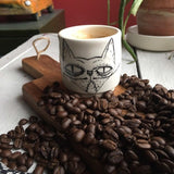 Tasse espresso avec chat grognon.Espresso cup with a grumpy cat and «Miaou» on the other side