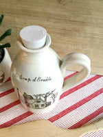 Pichet blanc avec cabane à sucre fait à la main .Jug for maple syrup with french or english inscription on white background with a sugar shack original drawing of Léa Weilbrenner