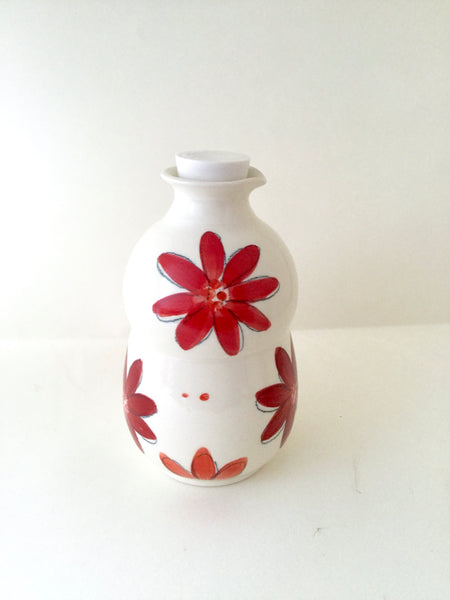 "Pichet à sirop avec motif de fleurs rouges,fabriqué à la main en porcelaineJug for maple syrup with a red flowers pattern . French inscription ""Le Pichet à Sirop "". Handmade porcelain. handmade pottery"