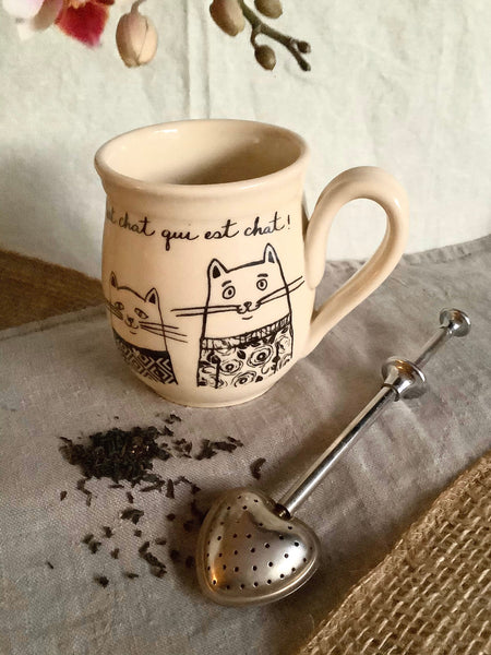 "Tasse chat, avec une inscription ""C'est chat qui est chat!"" gaucher ou droitier disponible. Cat mug,  with an inscription ""C'est chat qui est chat!"" left handed or right handed available"