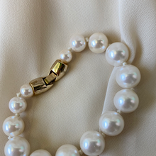 Load image into Gallery viewer, Vintage Gold Clasp Pearl Bracelet