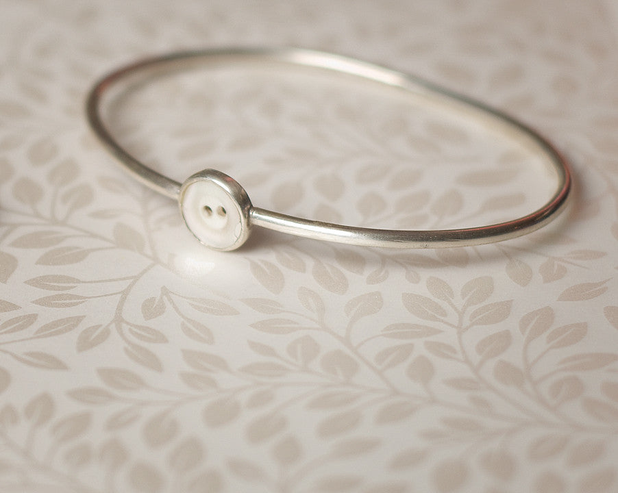 Round section bangle with button
