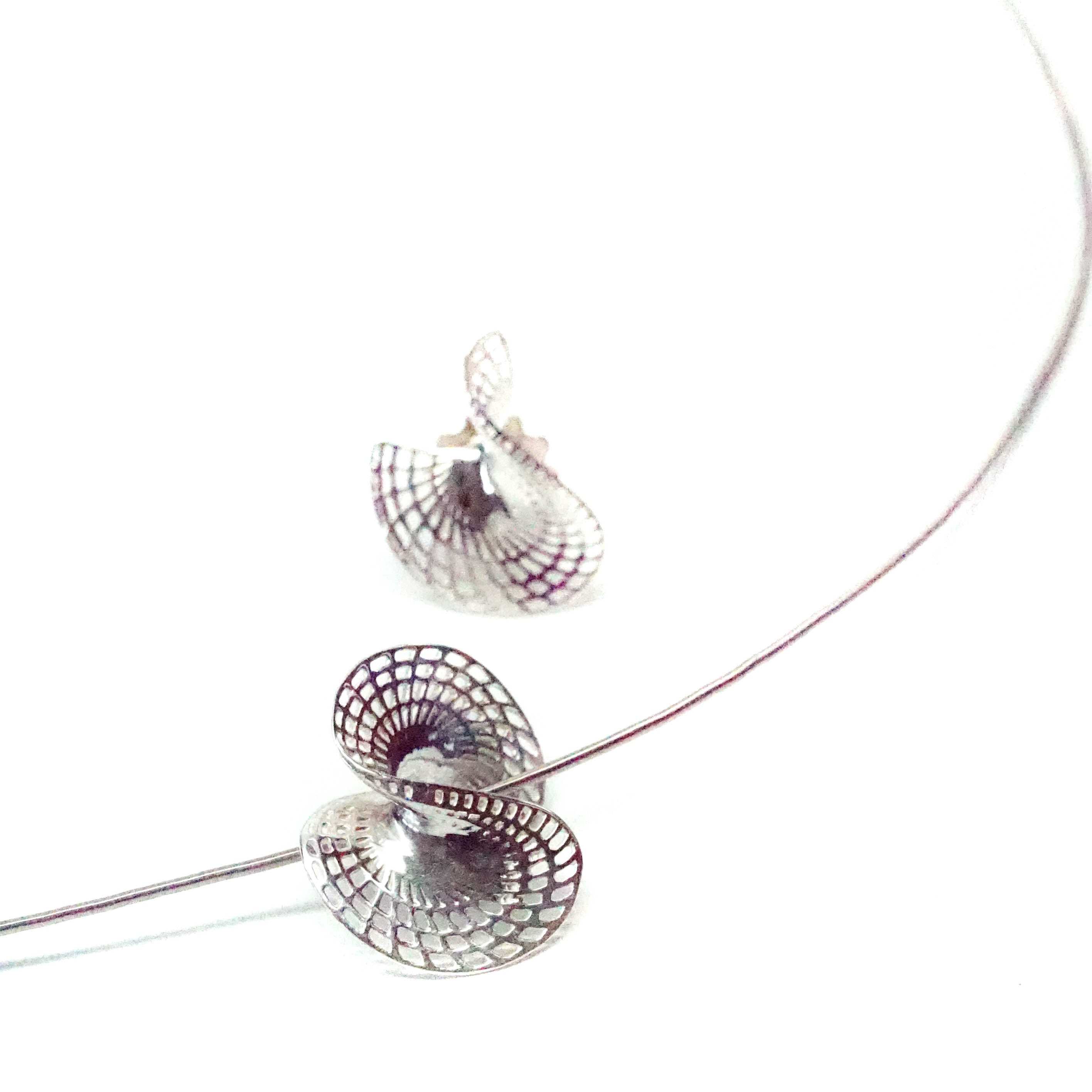 <b>14k</b> -  Diamonds Stud Twisted Disk Earrings