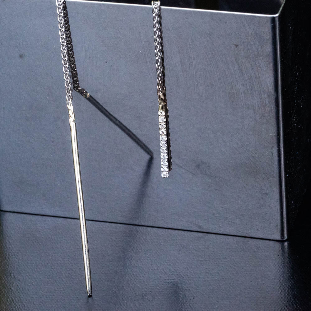 18K  11 Diamonds bar on a chain