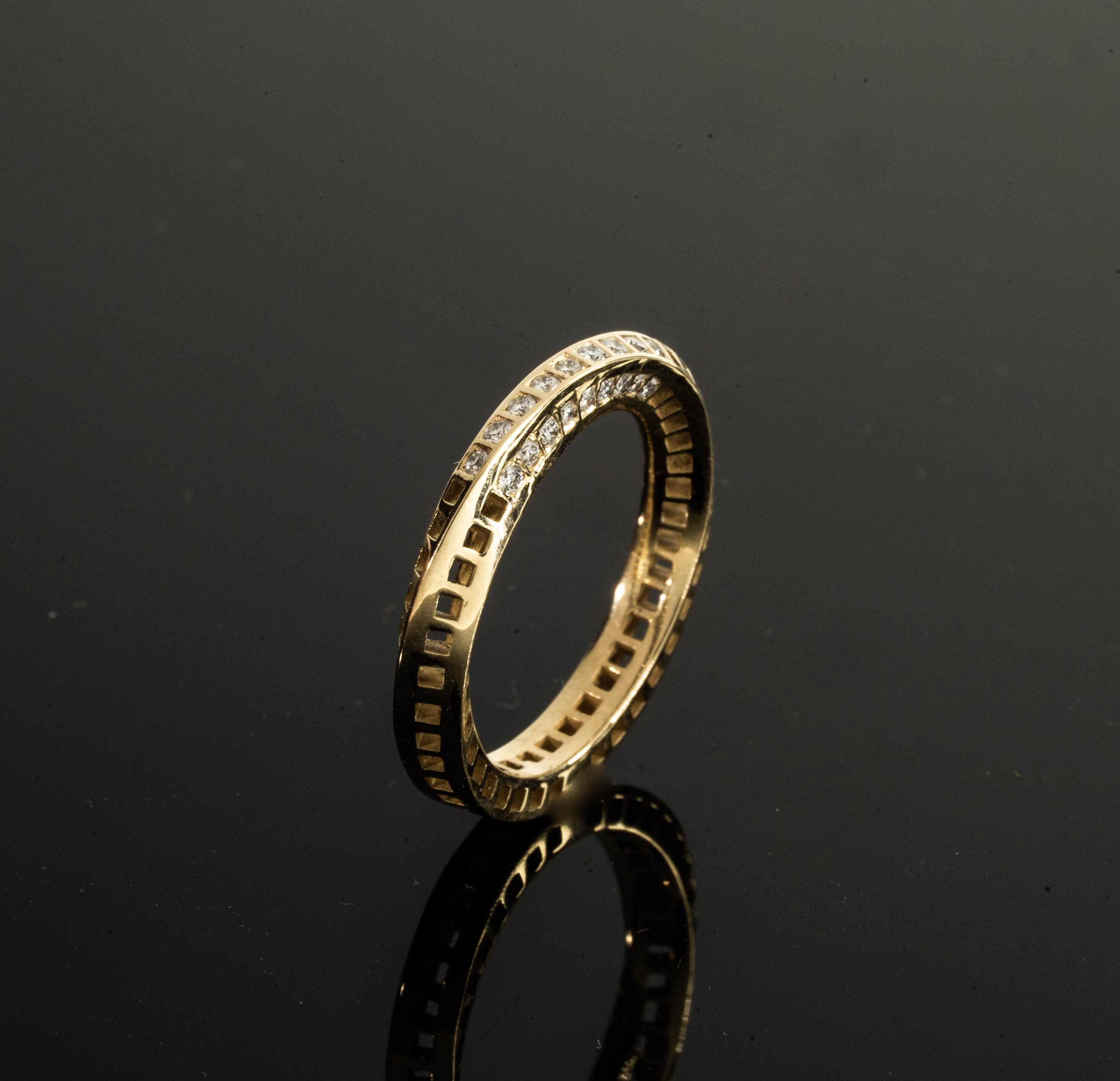 18k - Windows Mobius Ring + 18 VS Diamonds
