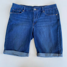 Load image into Gallery viewer, Levi Shorts // Size 15/16 (34)