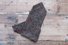 Load image into Gallery viewer, Floral Print Pocket Square.