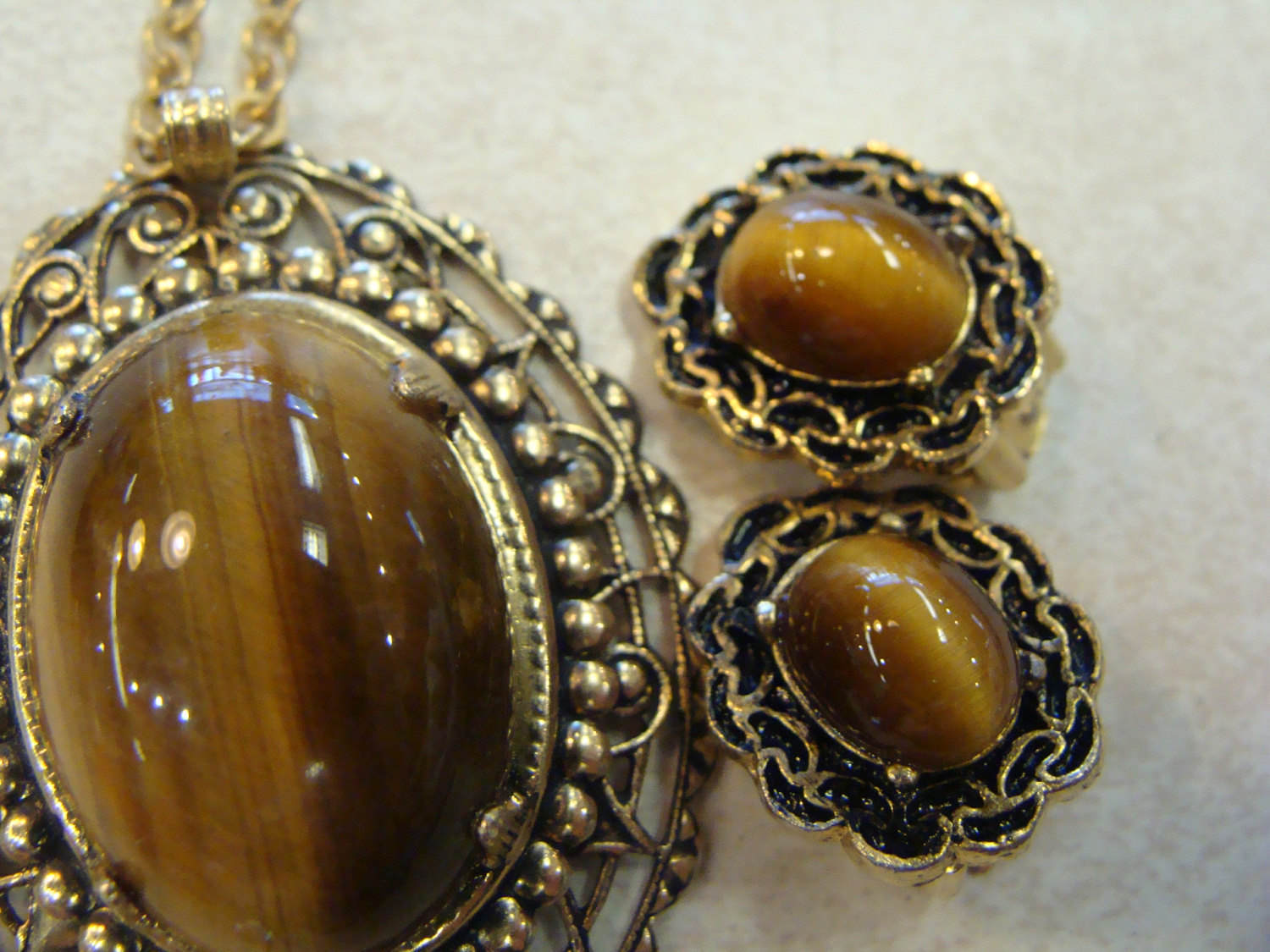 vintage TIGERS EYE JEWELRY lot 2 pairs cabochon clip earrings and necklace set (C6)