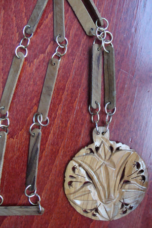 vintage WOODEN MEDALLION NECKLACE boho (C5)