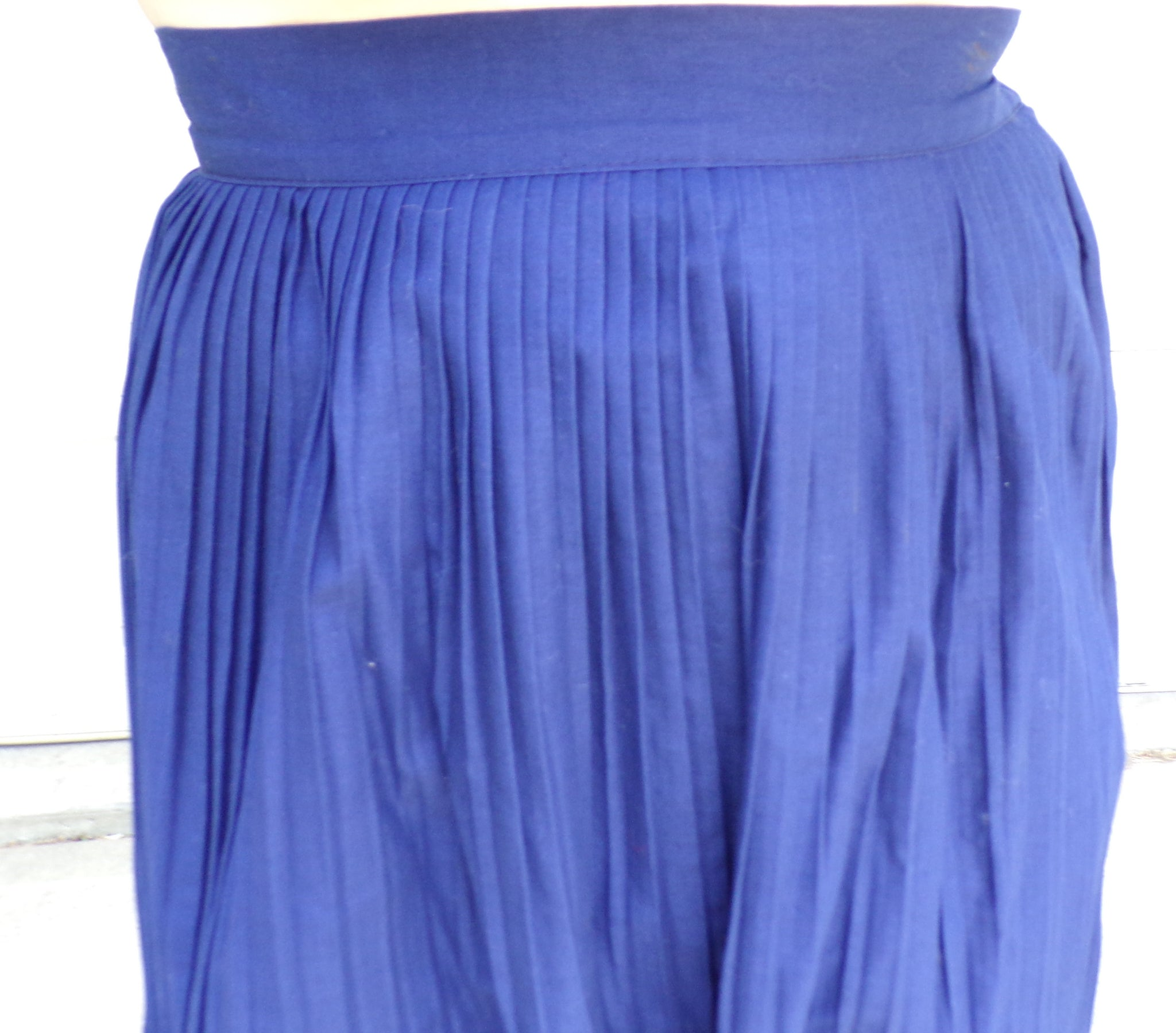 FINELY PLEATED SKIRT navy blue midi S (B1)