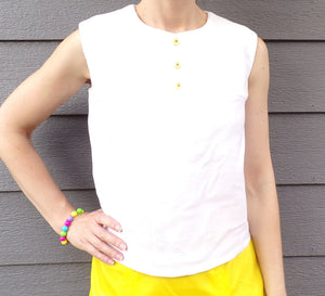 WHITE SLEEVELESS 1960's SHELL with yellow buttons 60's S M (G5)